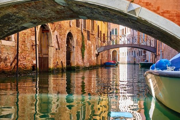 Kanal mit brücken in venedig, italien. venezianische aussicht