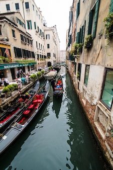 Kanal mit gondeln in venedig, italien. architektur und wahrzeichen von venedig. venedig postkarte mit venedig gondeln.