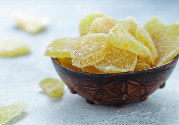 Kandierte ingwerscheiben. süßer pikanter leckerbissen zum tee. vorbeugung von erkältungen. gesundheit