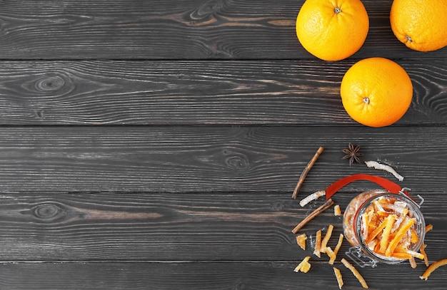 Kandierte orangenschale in zucker und orangen