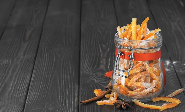 Kandierte orangenschale in zucker