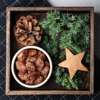Kandierte weihnachtsmandeln in einer holzkiste