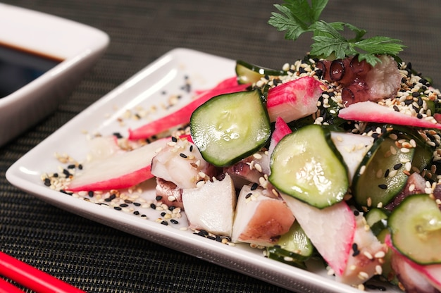 Kani-kama japanisches teller-lebensmittel und salat-mahlzeit, asiatischer nahrungsmittelteller, frischer meeresfrucht-fisch