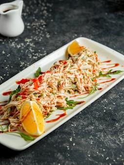 Kani-salat mit japanischer mayonnaise aus krabbenkartoffelgurken und rotem tobiko