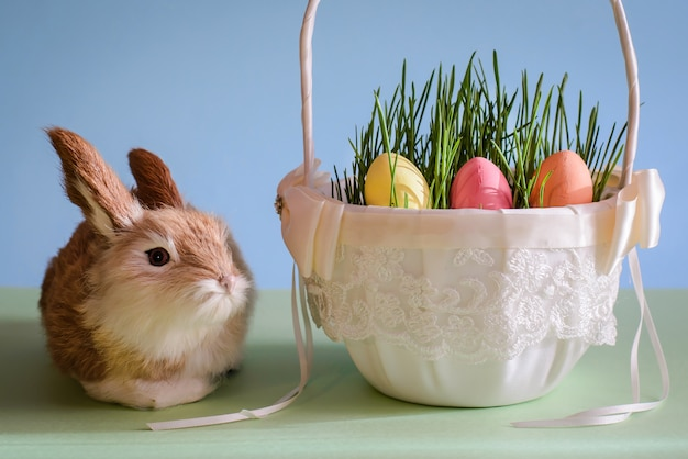 Kaninchen- und ostereier im korb