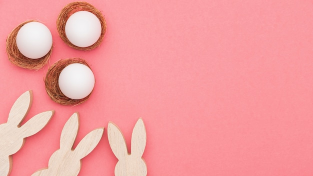 Kaninchendekoration im kopierraum und eier zum malen vorbereitet