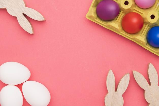 Kaninchendekoration und eier zum malen vorbereitet