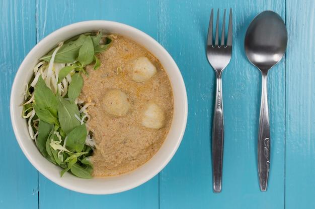 Kanom jeen nam ya: reisnudeln in fischcurry-sauce (traditionelle thailändische küche).