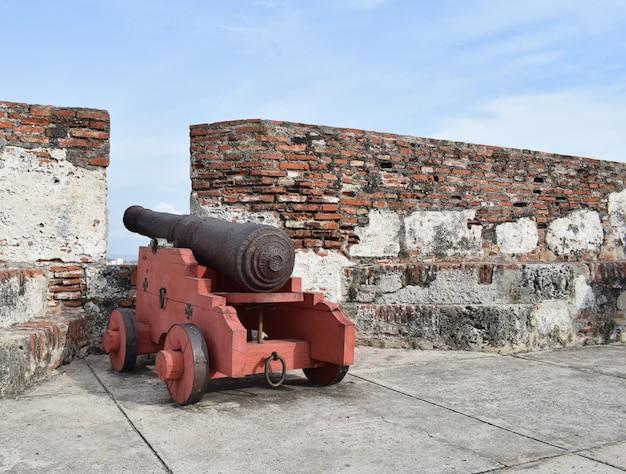 Kanonen in der burg von san felipe de barajas in cartagena