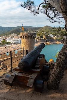 Kanonen in der burg von tossa de mar im sommer, girona an der costa brava von katalonien im mittelmeer