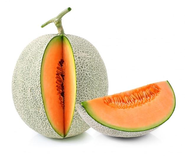 Kantalupenmelonenscheiben lokalisiert auf weiß