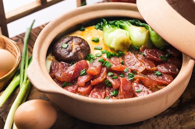 Kantonesische art des kochens von tontopfreis mit gewachstem fleisch Kostenlose Fotos