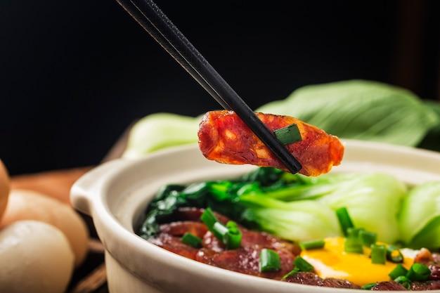 Kantonesische küche aus tontopfreis mit gewachstem fleisch