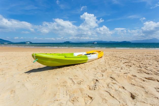 Kanu auf dem strand am sonnenscheintag, phayam-insel, ranong-provinz, thailand