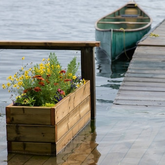 Kanu machte am dock, see des holzes, ontario, kanada fest
