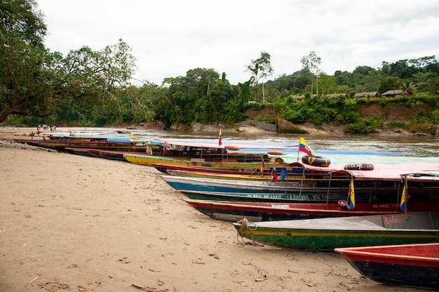 Kanus auf einem strand im ecuadorianischen amazonas
