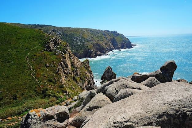 Kap roca (cabo da roca) in portugal. blick auf die atlantikküste bei sonnigem wetter im sommer