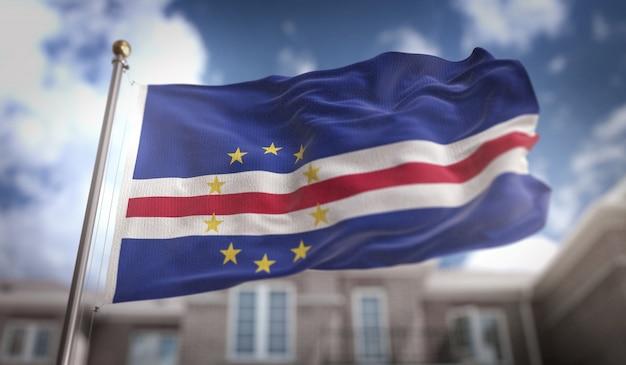 Kap verde flagge 3d rendering auf blauem himmel gebäude hintergrund