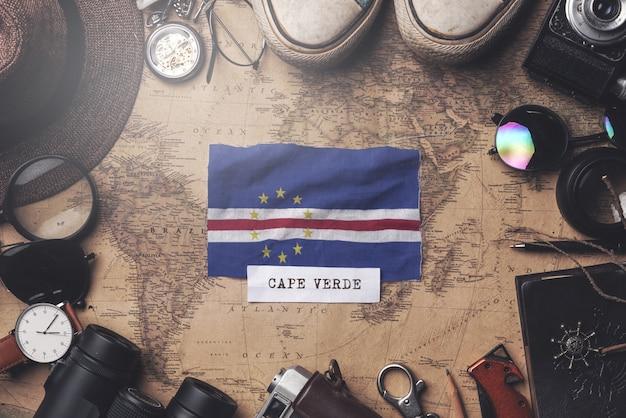 Kap-verde-flagge zwischen dem zubehör des reisenden auf alter weinlese-karte. obenliegender schuss