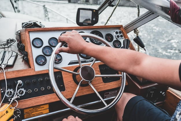 Kapitän an der spitze einer alten yacht, armaturenbrett.
