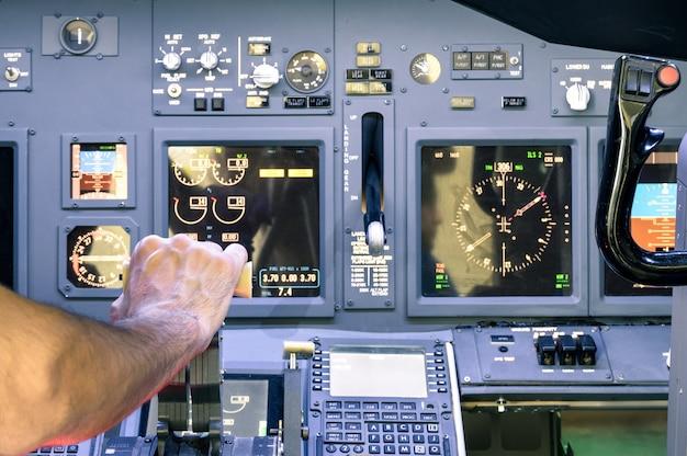 Kapitänshand, die im kommerziellen verkehrsflugzeug-flugsimulator auf dem gaspedal beschleunigt