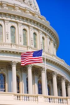Kapitol, das amerikanische flagge usa washington dc errichtet