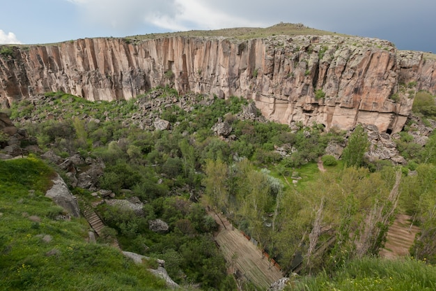 Kappadokien: ihlara valley rocky canyon atemberaubende sommer bewölkte landschaft. truthahn
