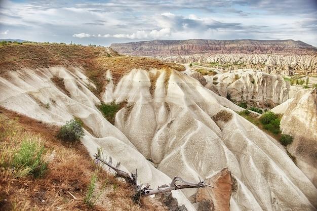 Kappadokien unterirdische stadt in den felsen, die alte stadt der steinsäulen. fabelhafte landschaften der berge von kappadokien göreme, türkei