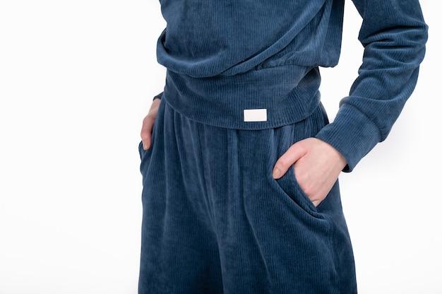 Kapsel frühling kleiderschrank konzept. damenanzug mit leerem leeren etikett, logo. null abfall einkaufen.