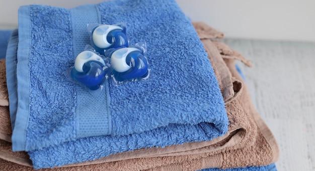 Kapseln auf einem stapel handtücher waschen