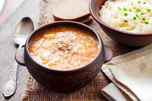 Kapustnyak - traditionelle ukrainische wintersuppe mit sauerkraut, hirse und fleisch