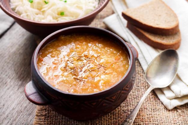 Kapustnyak - traditionelle ukrainische wintersuppe mit sauerkraut und hirse