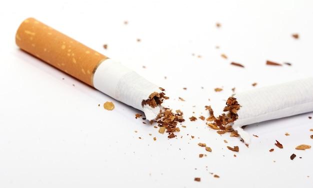 Kaputte zigarette, aufhören zu rauchen konzept