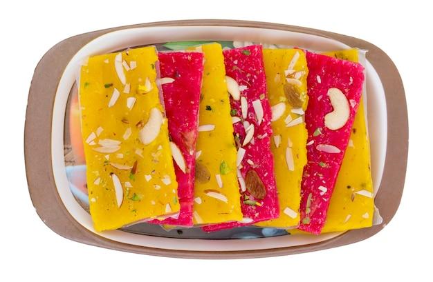 Karachi halwa oder türkisches dessert, hergestellt aus feinem mehl und trockenen früchten