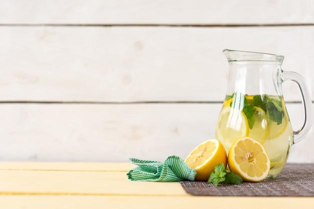 Karaffe limonade und minze auf weißem grund.