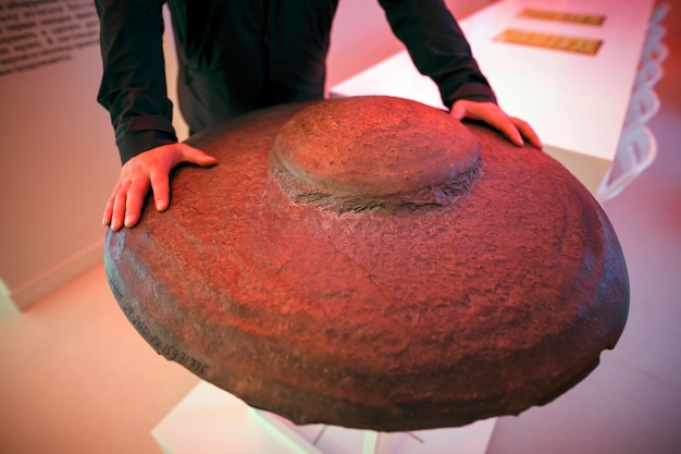 Karakan-scheibe: eine ungewöhnliche form einer natürlichen formation, von der einige experten glauben, dass sie von menschenhand geschaffen wurde, oder ein ufo-fossil. kemerowo russland