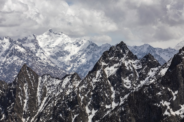 Karakorum-gebirge bei bewölktem wetter. foto in hoher qualität