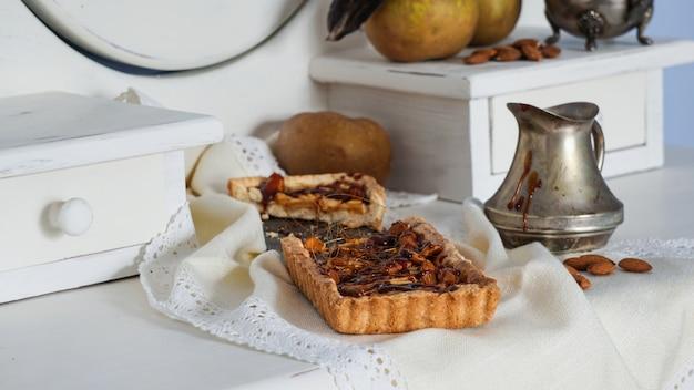 Karamell-apfelkuchen auf dem weißen hölzernen buffet