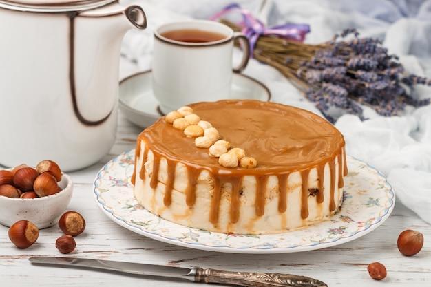 Karamell-haselnuss-kuchen, gourmet-mousse-dessert für feinschmecker, süße leckerei für tee oder kaffee