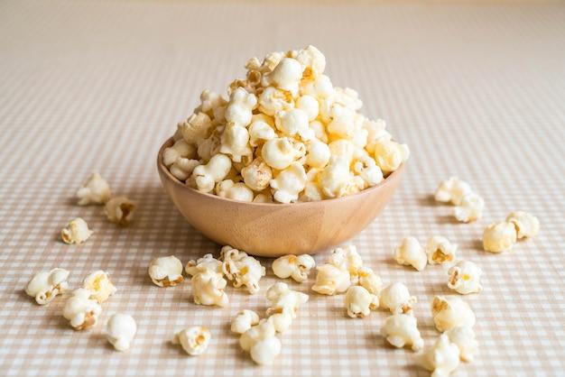 Karamell popcorn auf dem tisch