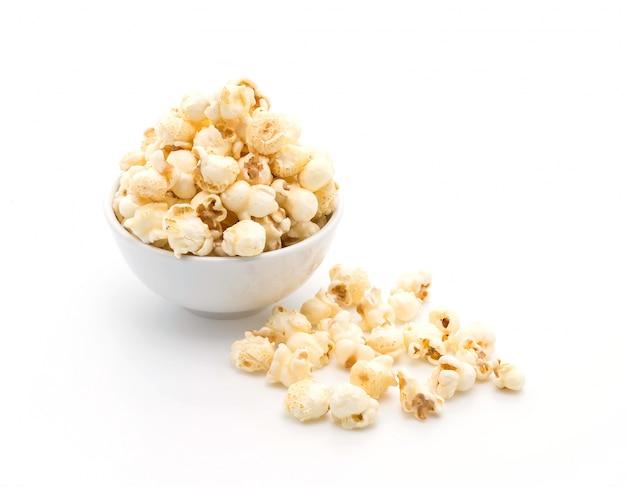 Karamell popcorn auf weiß