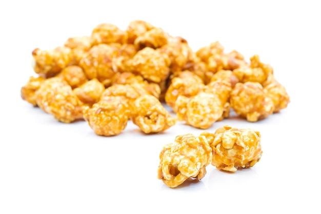 Karamell-popcorn auf weißem hintergrund