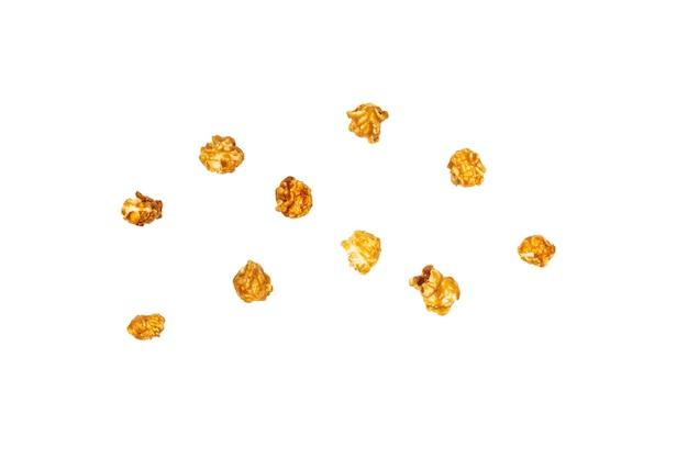 Karamell-popcorn isoliert auf weißem hintergrund. platz kopieren.
