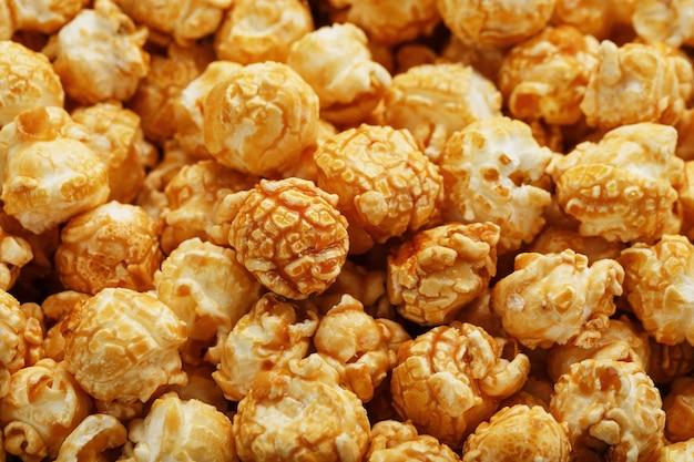 Karamell-popcorn-nahaufnahme als hintergrund, vollbild-textur.