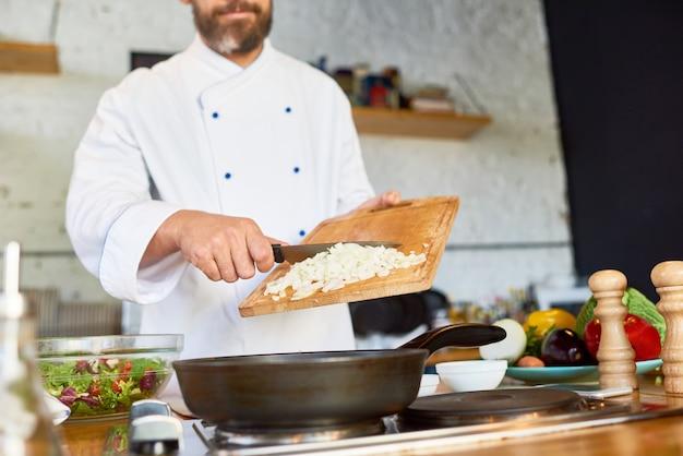 Karamellisierende zwiebel in der restaurantküche
