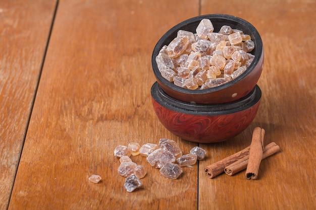 Karamellisierter zucker in holzschale