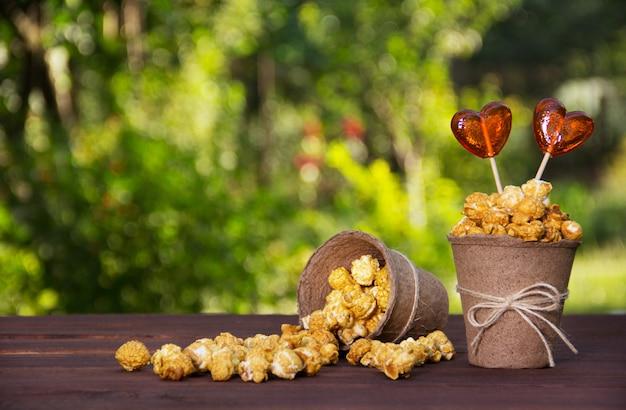 Karamellisiertes popcorn und lutscher