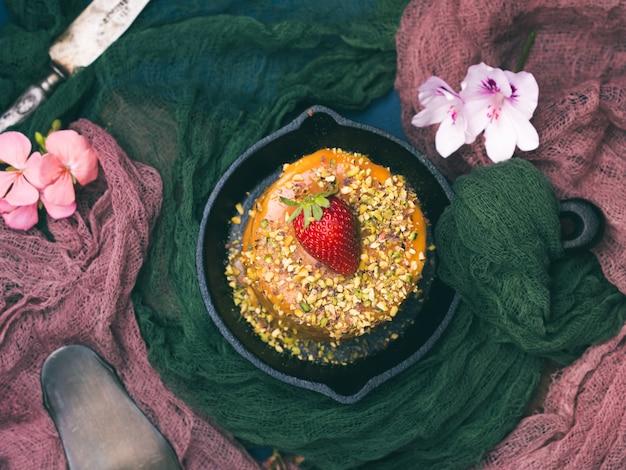 Karamellkuchen mit erdbeerpistazienblumen