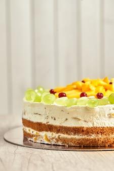 Karamellkuchen mit früchten. holzhintergrund