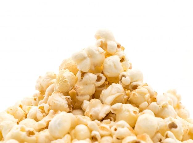 Karamellpopcorn auf weiß